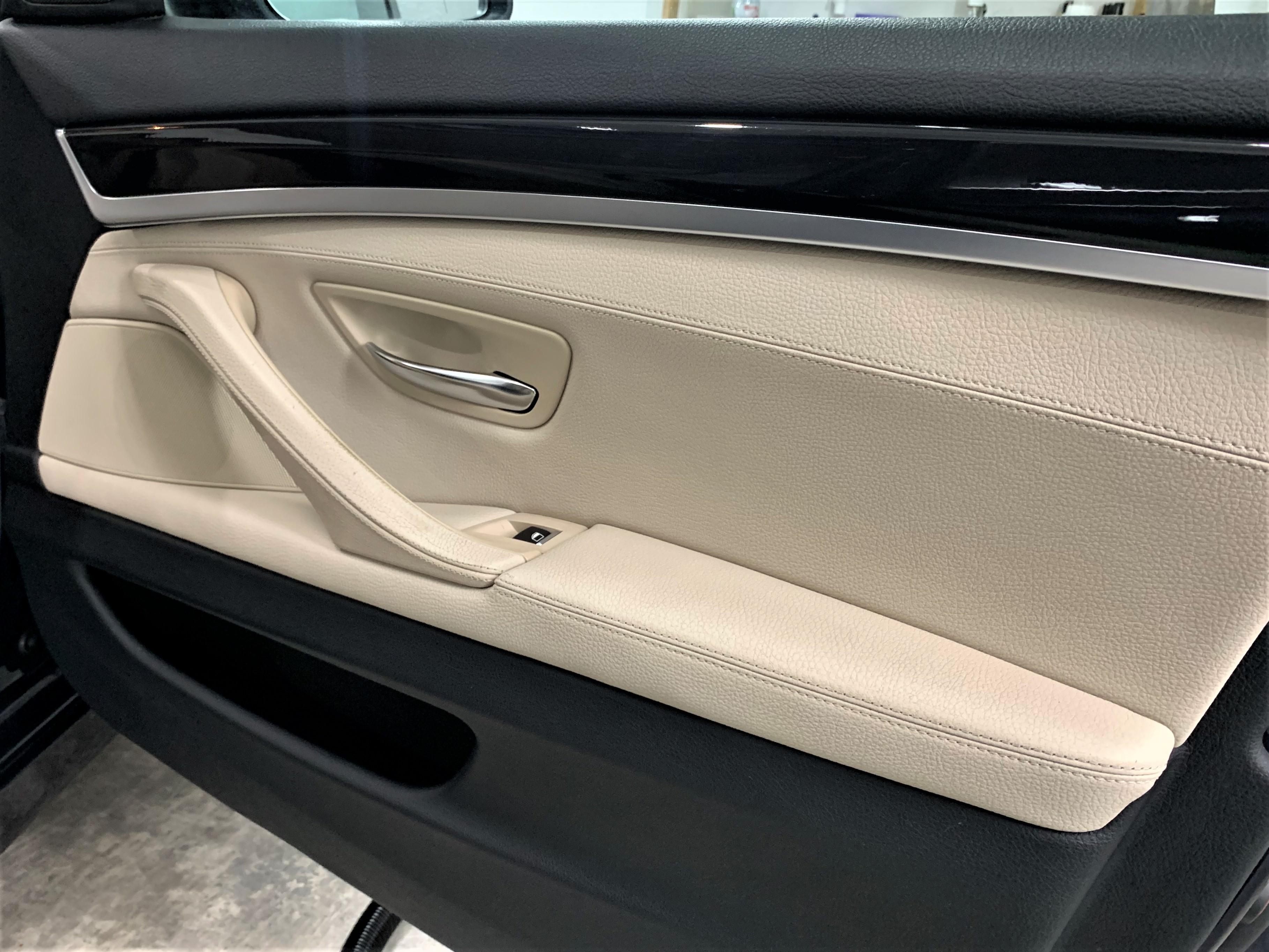 BMW F10 pasažiera durvis pēc salona ķīmiskās tīrīšanas