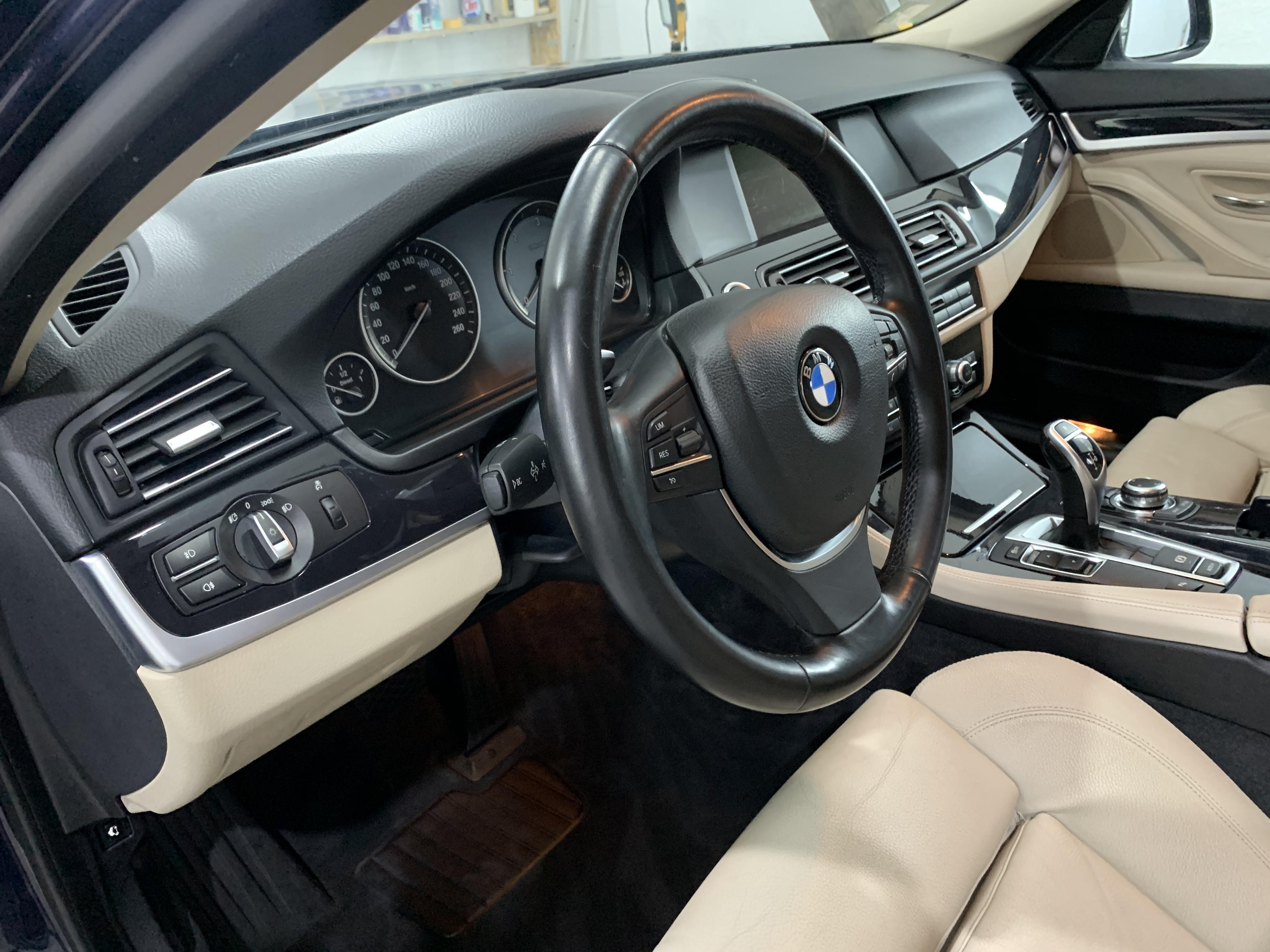 BMW F10 stūre pēc salona ķīmiskās tīrīšanas