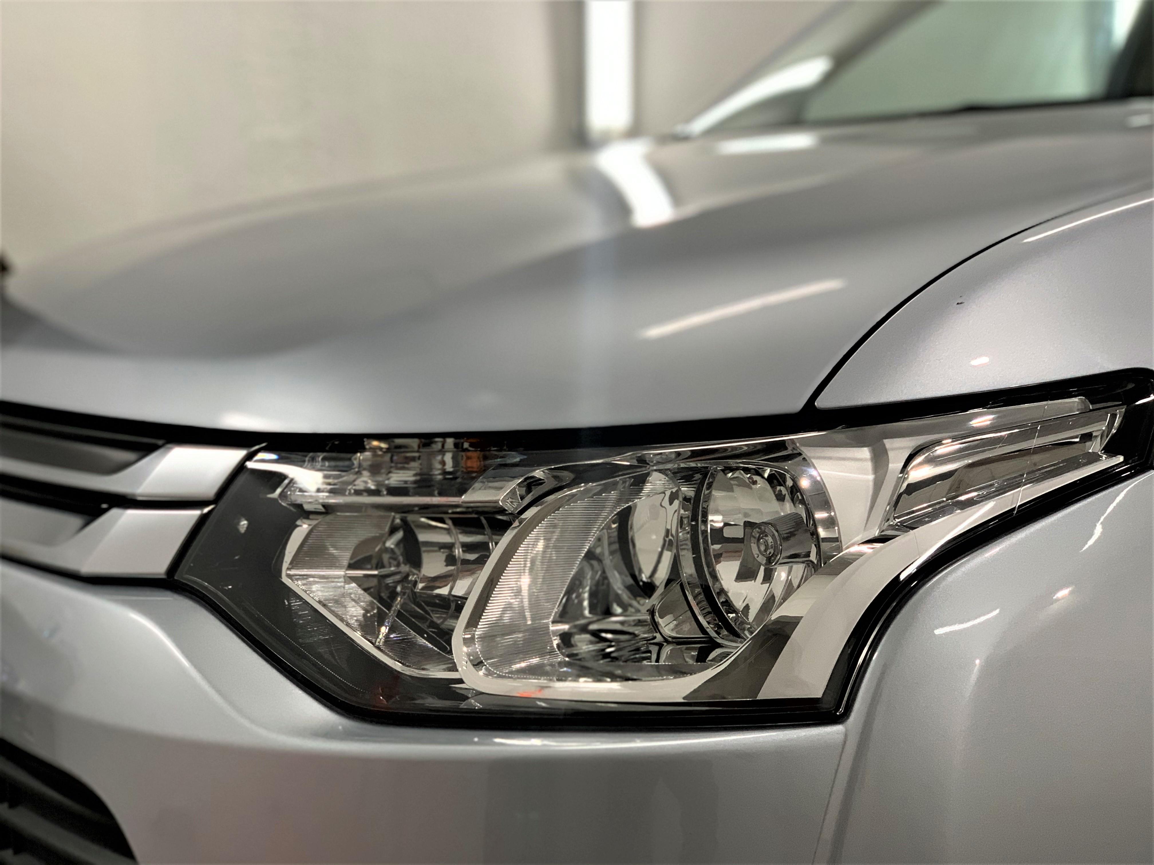 Mitsubishi Outlander priekšējais lukturis pēc virsbūves pulēšanas un keramiskā pārklājuma uzklāšanas